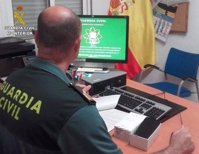 La Guardia Civil detenien a dos personas, una de ellas menor de edad, por realizar compras en Internet con tarjetas robadas en Bonares (Huelva).