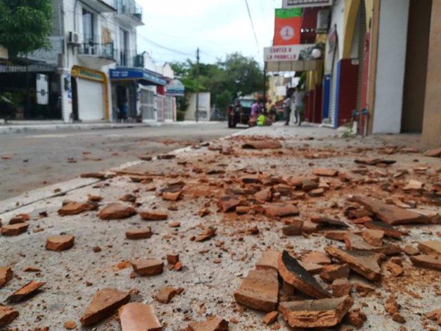 Restes de rajoles en el municipi de la Crucecita després del terratrèmol de 7,5 registrat el dimarts amb epicentre en el sud del país