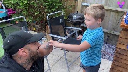 El deseo de cumpleaños de este niño de cinco años es que el brazo amputado de este hombre vuelva a crecer