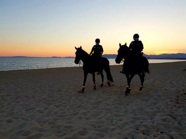Agentes de la Policía Local en una de las playas durante el desaolojo.