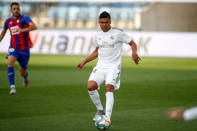 Carlos Henrique Casemiro ejecuta un pase en el Real Madrid-Eibar