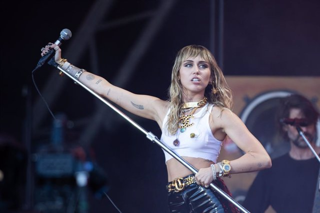 30 June 2019, England, Glastonbury: US singer Miley Cyrus performs on the fifth day of the Glastonbury Festival at Worthy Farm. Photo: Yui Mok/PA Wire/dpa
