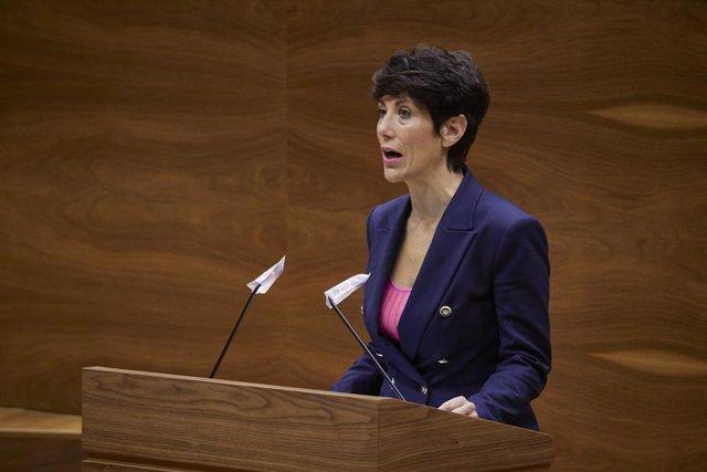La consejera de Economía y Hacienda de Navarra, Elma Saiz, durante su intervención en una sesión plenaria en el Parlamento de Navarra.