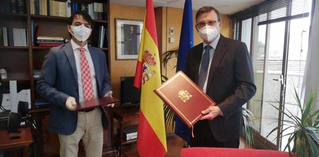 El presidente del Consejo General del Notariado, José Ángel Martínez Sanchiz, y el director general de españoles en el Exterior y de Asuntos Consulares, Juan Duarte Cuadrado.