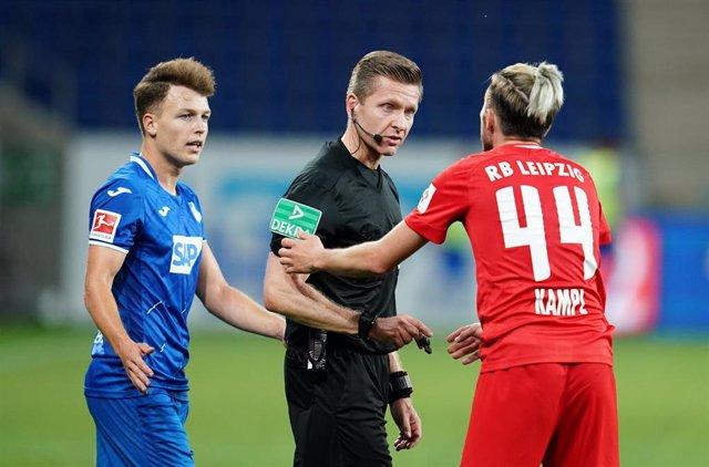 Kevin Kampl con un colegiado durante el partido entre el Hoffenheim y el Leipzig