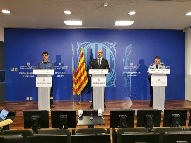 El portaveu de Bombers de la Generalitat, Francesc Xavier Boya; el conseller d'Interior, Miquel Buch; i el comissari dels Mossos Juan Carlos Molinero.