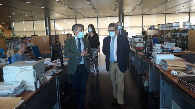 El subdelegado del Gobierno en Sevilla, Carlos Toscano, durante la visita a la oficina de TGSS