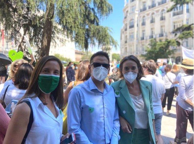 La secretaria de Educación del PP de Madrid, Lorena Heras, ha participado junto a la vicesecretaria de Política Social del PP nacional, Cuca Gamarra, en la concentración para protestar contra la Ley Celàa.
