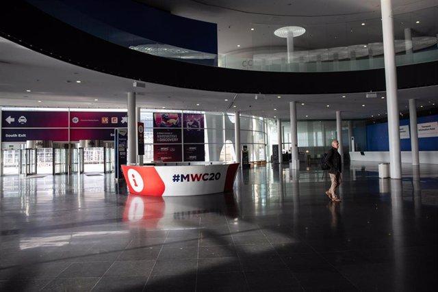 Interior del pabellón del Mobile World Congress (MWC) durante el desmantelamiento de los stands tras la cancelación de la feria por la crisis del coronavirus y las anulaciones de empresas