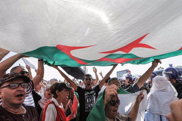 Manifestantes con la bandera de Argelia