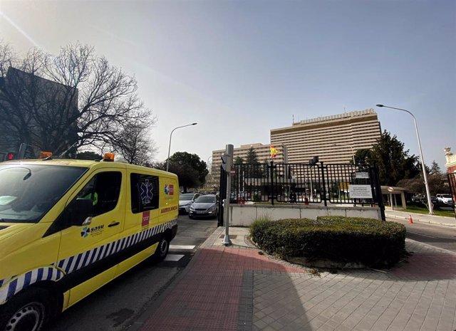 Una de las puertas de salida para coches, ambulancias y peatones del Hospital Central de la Defensa Gómez Ulla ubicado en el distrito de Carabanchel/Madrid (España).