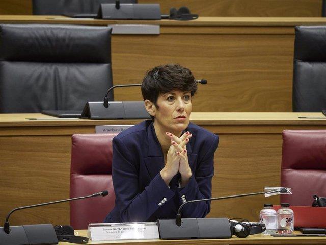 La consejera de Economía y Hacienda del Gobierno foral, Elma Saiz, durante el pleno en el Parlamento de Navarra