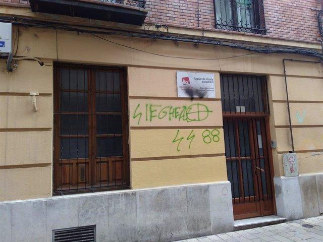 Pintadas de ideología neonazi en la sede de IU en Valladolid.