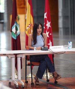 La vicealcaldesa de la capital, Begoña Villacís, preside la Comisión Permanente del Plan SURES para el desarrollo del sur y el este, junto con la concejala de Coordinación Territorial, Transparencia y Participación Ciudadana, Silvia Saavedra.