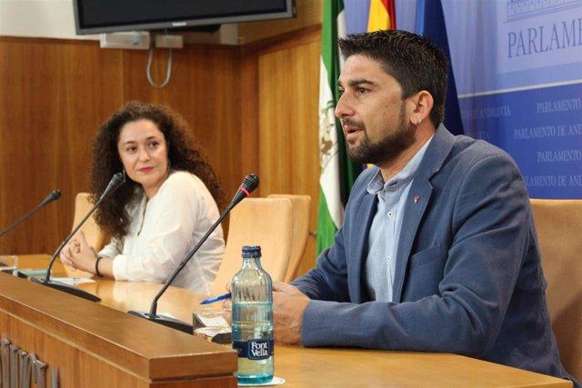 Los parlamentarios de Adelante Andalucía, Inma Nieto e Ismael Sánchez, en rueda de prensa