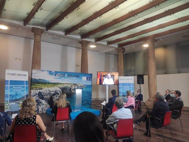 Asistentes ven un vídeo de Raül Blanco en la presentación de la Oficina de Atracción de Inversiones, en Oviedo.