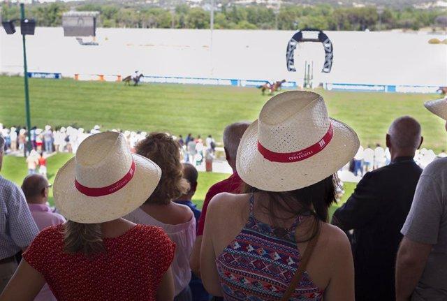 Aficionados al turf en las gradas del Hipódromo de La Zarzuela de Madrid