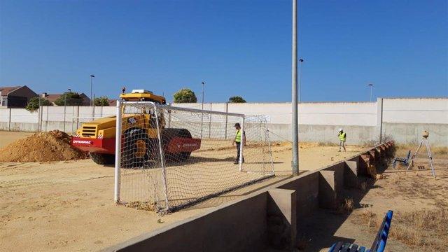 Inicio de las obras en el campo de fútbol de Pérez Cubillas.