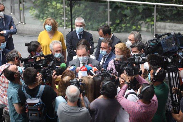 El ministro de Transportes, Movilidad y Agenda Urbana, José Luis Ábalos, responde a los periodistas junto al Jardín Tropical durante su visita a la estación de AVE Puerta de Atocha