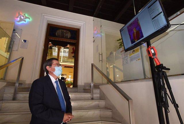 El presidente de la Diputación, José Entrena, junto a la cámara termográfica