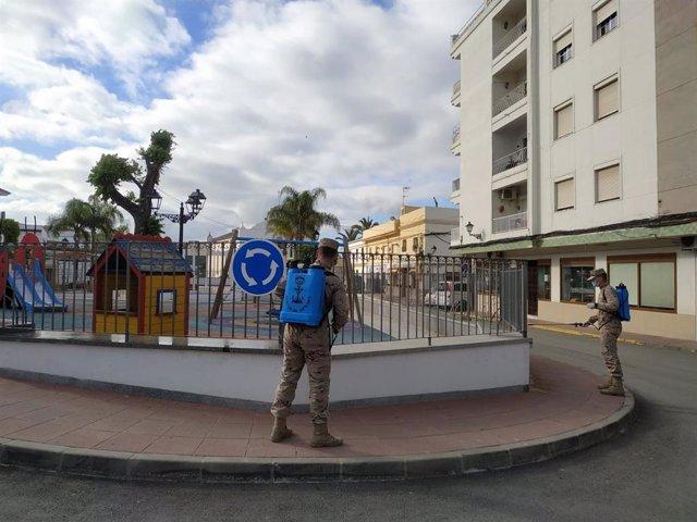 Infantes de Marina en labores de desinfección en una pueblo de Cádiz