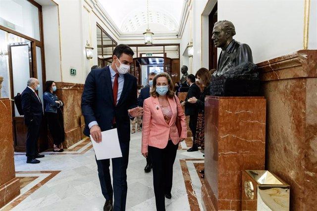 El presidente del Gobierno, Pedro Sánchez (i) y la ministra de Economía y vicepresidenta tercera del Gobierno, Nadia Calviño (d), llegan al Parlamento para intervenir en la sesión de Control al Gobierno celebrada en el Congreso de los Diputados, la última