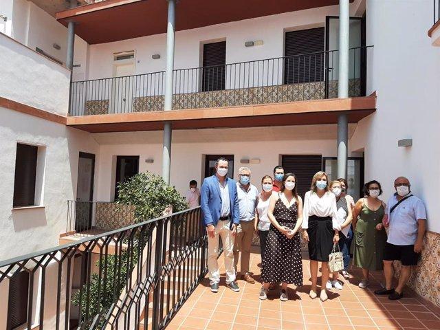 La delegada territorial de Fomento, Infraestructuras y Ordenación del Territorio, Cristina Casanueva (quinta por la izda.), en su visita a Montoro