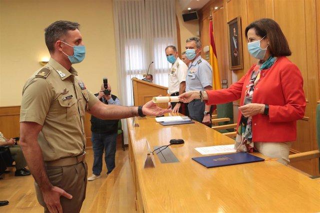 La ministra de Defensa, Margarita Robles, entrega el diploma a uno de los alumnos del XXI Curso de Estado Mayor de las Fuerzas Armadas