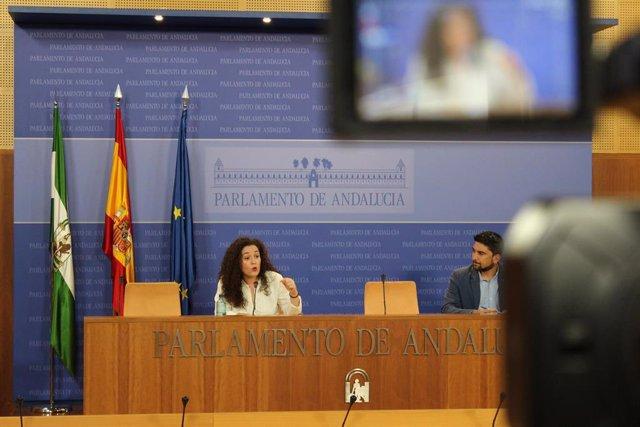 La portavoz del grupo parlamentario Adelante Andalucía, Inmaculada Nieto, y el portavoz de Adelante Andalucía en la Comisión de Presidencia, Administración Pública e Interior, Ismael Sánchez, en rueda de prensa