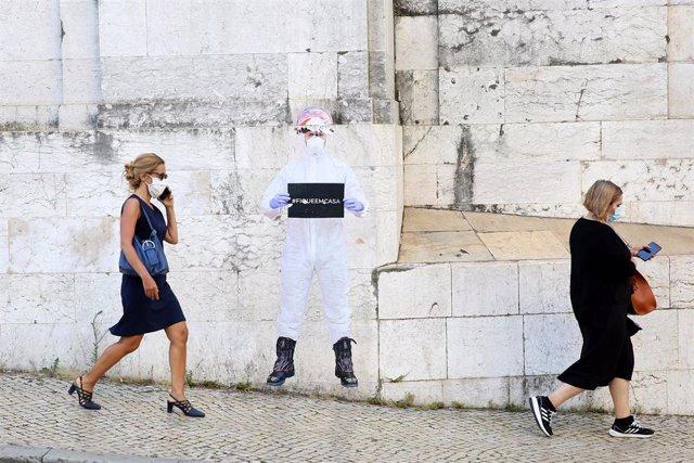 Mujeres con mascarilla pasean en Lisboa