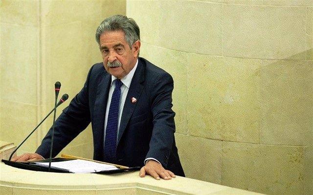 El presidente de Cantabria, Miguel Ángel Revilla, interviene en el Pleno del Parlamento (archivo)