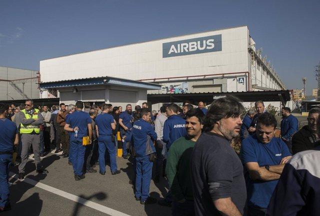 Trabajadores se concentran en su horario de descanso contra el plan de ajuste laboral presentado por Airbus. En la puerta de Airbus Tablada, Sevilla (Andalucía, España), a 21 de febrero de 2020.