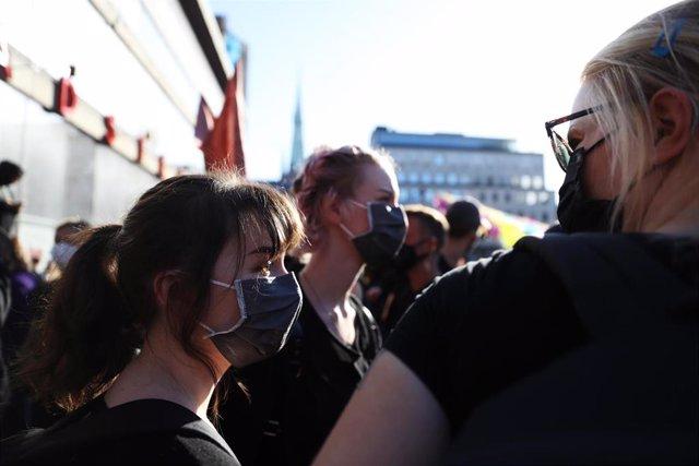 Personas con mascarilla en una manifestación en Estocolmo