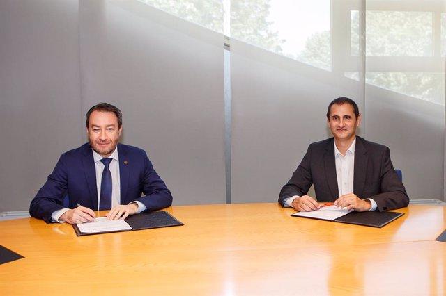 El rector de la UPNA, Ramón Gonzalo, y el director territorial de Laboral Kutxa, Javier Cortajarena, en la UPNA