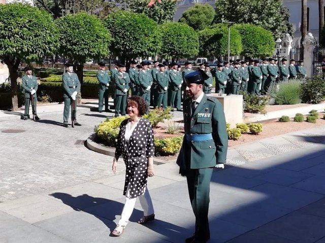 La subdelegada y el teniente coronel jefe de la Comandancia de Córdoba pasan ante una formación de guardias civiles, en una imagen de archivo.