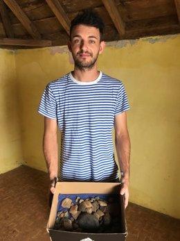 Santiago Feo Cabrera junto a los restos de cerámica donados