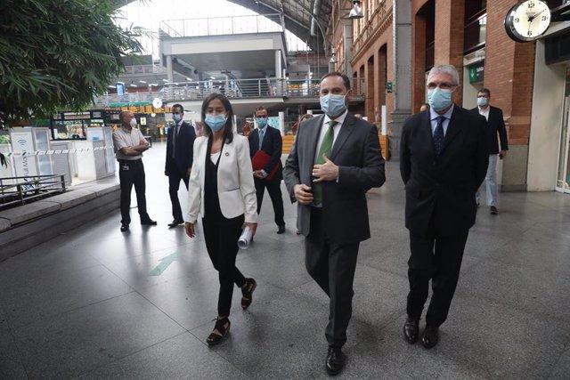 El ministro de Transportes, Movilidad y Agenda Urbana, José Luis Ábalos, protegido con mascarilla (2d), visita la estación de AVE Puerta de Atocha junto a la presidenta de Adif y el presidente de Renfe