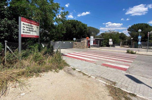 Cartel de entrada de la Residencia Doctor González Bueno, la residencia pública más grande de España, que ha cerrado sus puertas a visitas de familiares al recibir los resultados de las últimas PCR realizadas a los usuarios.