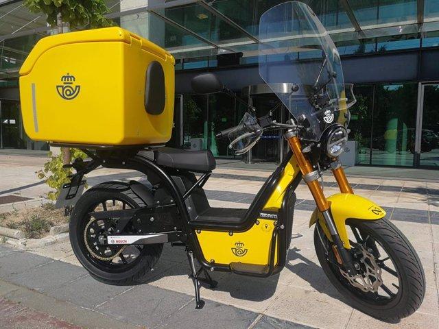 Nuevas motocicletas eléctricas de la flota de reparto de Correos