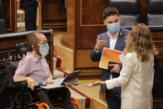 Gabriel Rufián, hablando en el Congreso con Pablo Echenique, de Unidas Podemo, y la ministra de Trabajo, Yolanda Díaz