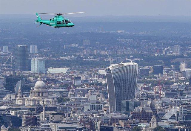 Helicóptero de Deliveroo sobrevolando Londres