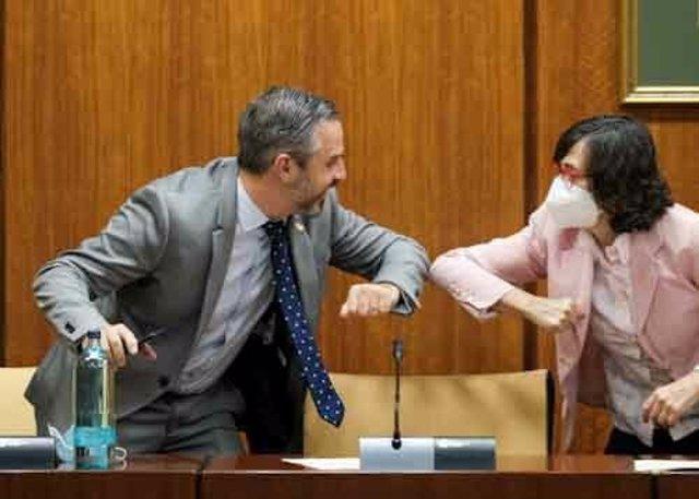 El consejero de Hacienda, Juan Bravo, se saluda con la presidenta de la Comisión de Hacienda del Parlamento de Andalucía, Rosa Aguilar.