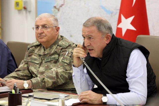 El ministre de Defensa turc, el general Hulusi Akar, acompanyat d'un alt comandament militar