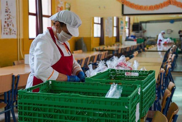 Una empleada prepara la comida en el colegio  Ortiz de  Zuñiga,de Sevilla,  que se dan para los niños desfavorecido que iban a los comedores escolares, foto de archivo
