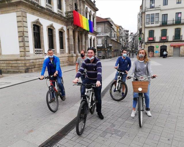 El candidato del PSdeG a la Presidencia de la Xunta, Gonzalo Caballero, durante un paseo en bicicleta en Pontevedra acompañado por otros candidatos