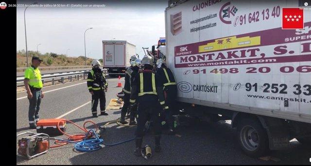 Un herido grave al chocar con dos camiones en la M-50