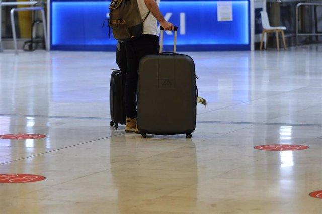 Un pasajero en el Aeropuerto de Madrid-Barajas Adolfo Suárez