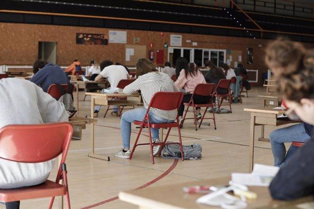 Alumnos de bachillerato del Colegio Virgen de Europa de Boadilla del Monte (Madrid), durante un examen en un pabellón deportivo este mes de junio.