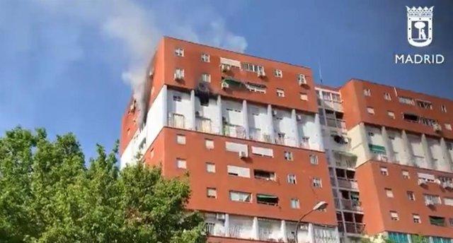 Intoxicada de gravedad la vecina de un piso incendiado en Puente de Vallecas