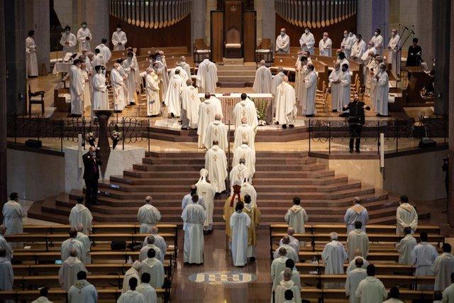 """Cardenales ponen su """"birrete"""" a disposición de las mujeres y apuestan por darles"""